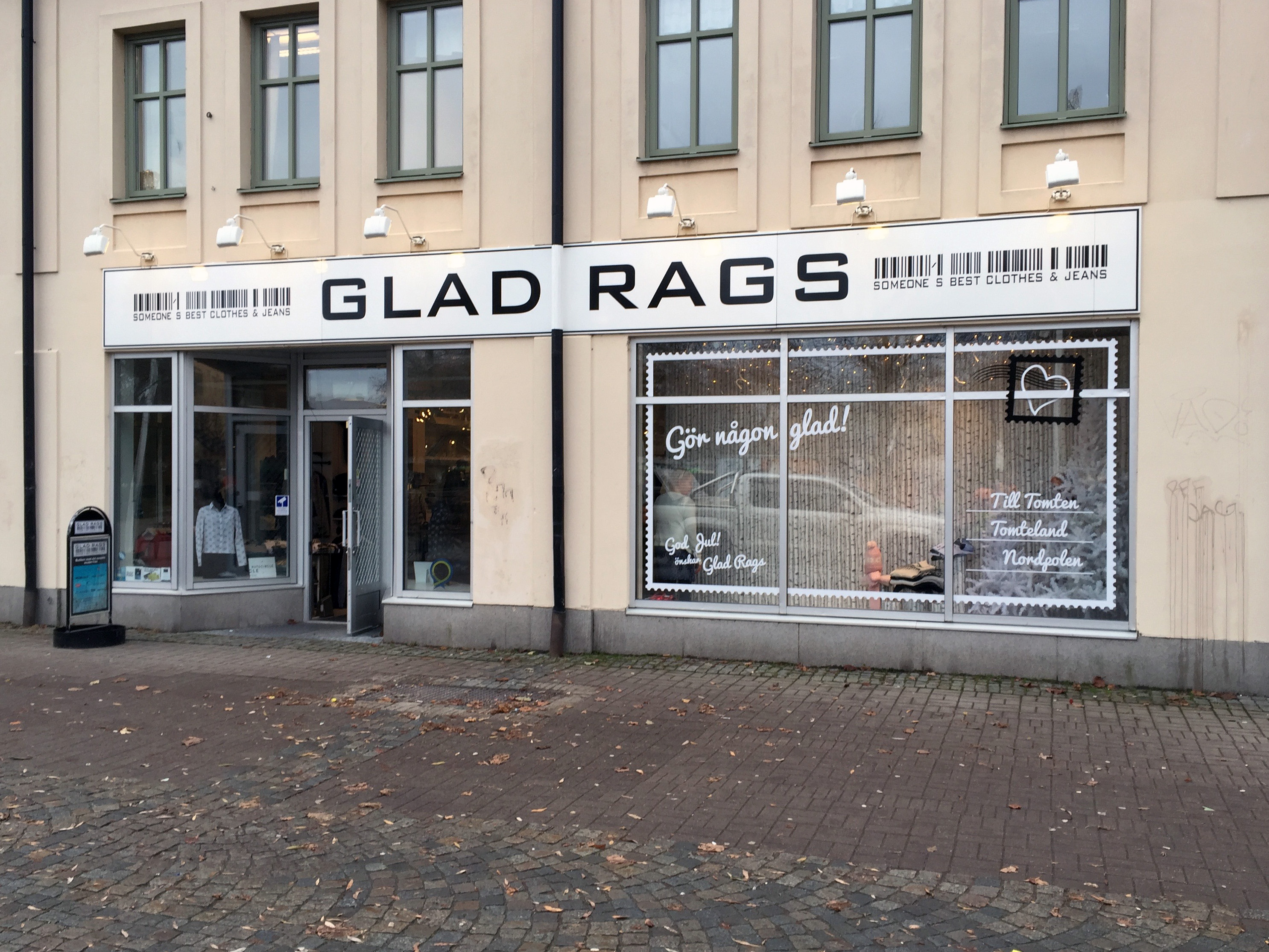 Skylt samt skyltfönster klädbutiken Glad Rags, Katrineholm